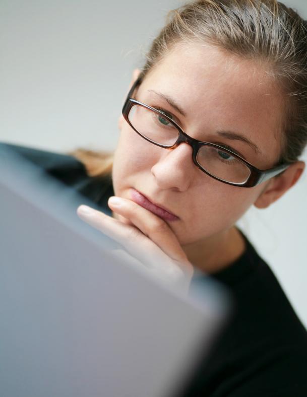 girl staring at laptop j0444381